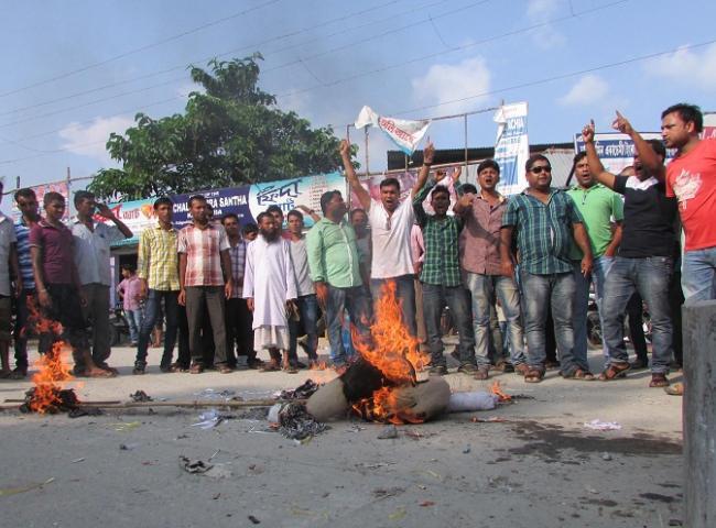 Youth Congress activists at Kalgachia burning Dr Himanta Biswa Sarma's effigy